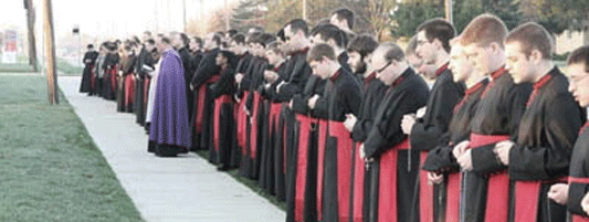 seminaristas-rezan-el-rosario