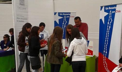 """""""Encuéntrate – la Iglesia eres Tú"""": ¡Los jóvenes se tomaron el stand de Un Rosario Por Chile!"""