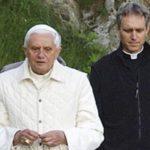Benedicto XVI Reza el Rosario con Obispos Cubanos en los Jardines Vaticanos