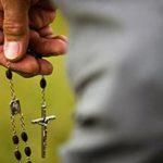 manos rezando el rosario