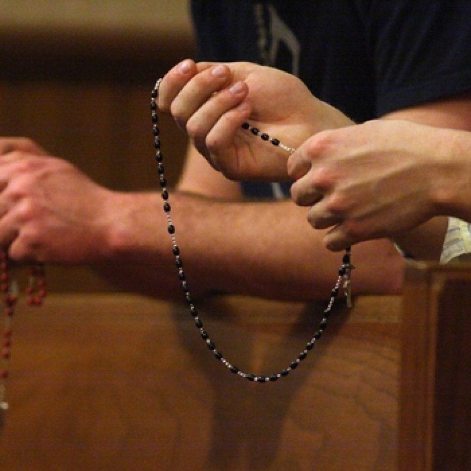"""Reza el rosario todos los días y comenta su poder: """"El Rosario en el matrimonio es una pieza de unión"""""""