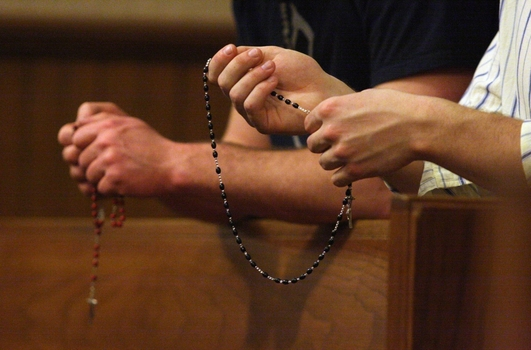 Hands-praying-the-rosary