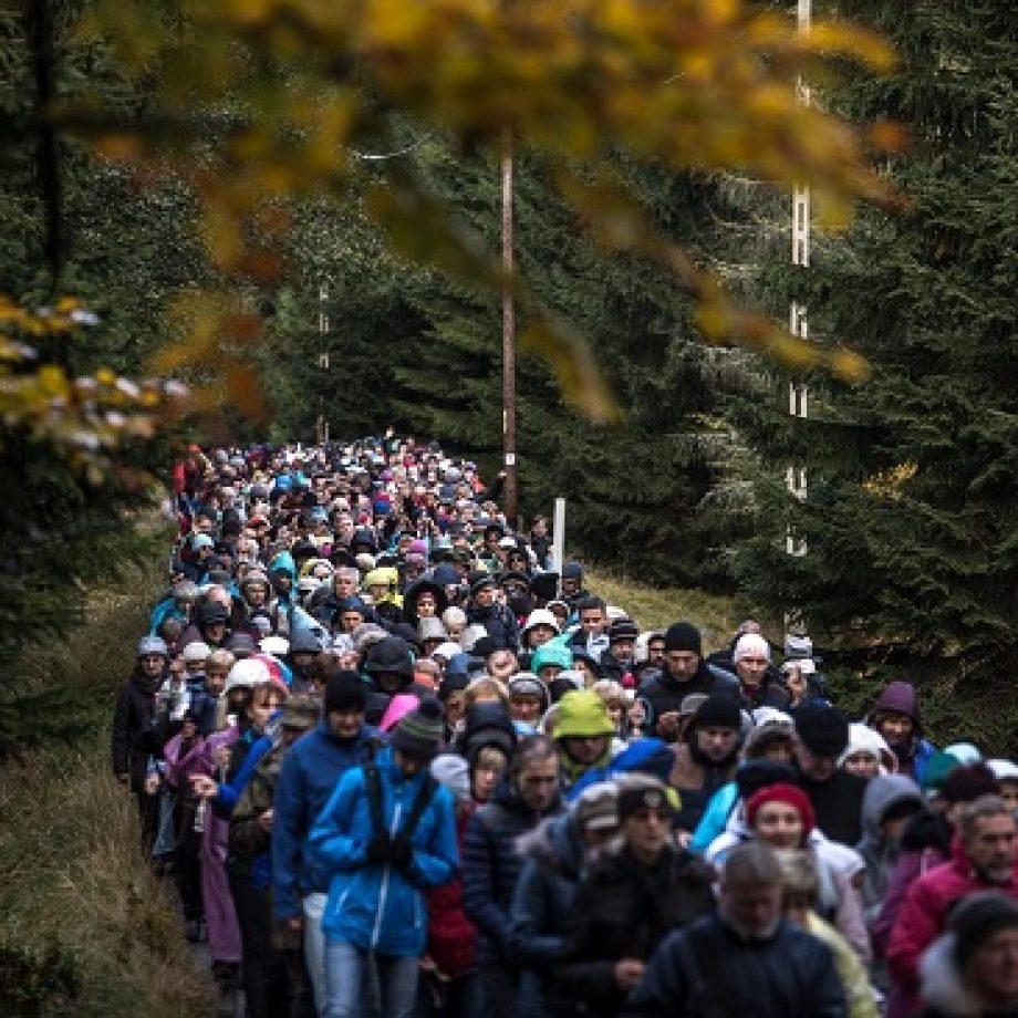 Estas son las espectaculares imágenes del millón de polacos rezando el Rosario a lo largo de toda la frontera