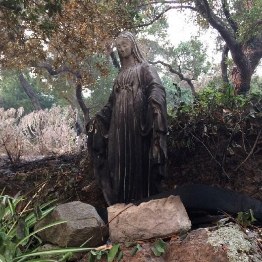 Las llamas llegaban ya a su casa y la familia rezó el Rosario: sobrevivieron y la casa quedó intacta