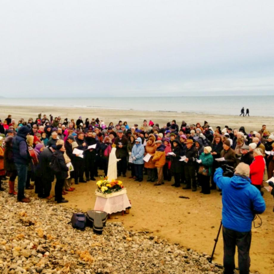 La Inglaterra católica se reunió en las costas: 400 grupos rezan el Rosario por la Vida y la Paz